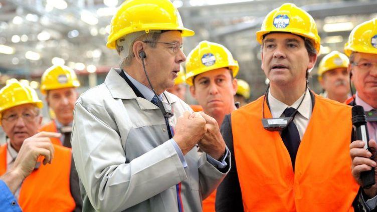 Le président du directoire de PSA, Philippe Varin, aux côtés du ministre du Redressement productif, Arnaud Montebourg, le 8 octobre 2012 sur le site de Douvrin (Pas-de-Calais). (PHILIPPE HUGUEN / AFP)