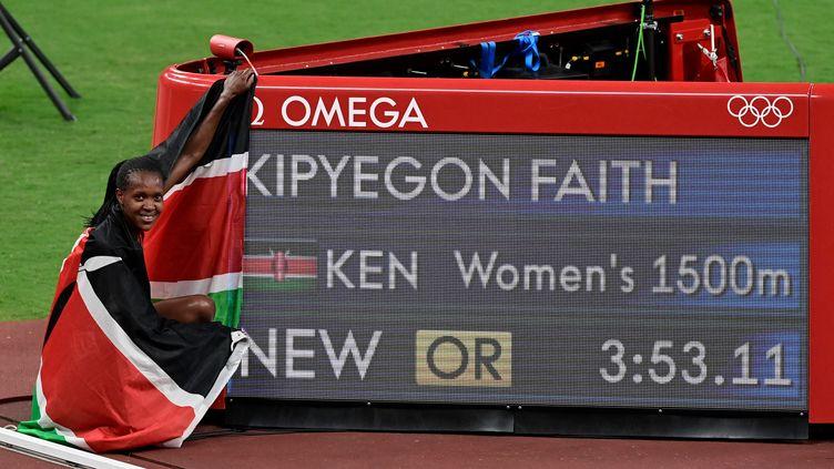 Faith Kipyegon, championne olympique du 1 500 mètres pour la deuxième fois, à Tokyo. (JAVIER SORIANO / AFP)