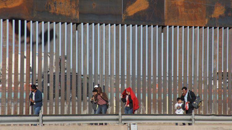 Des familles de migrants à Ciudad Juarez, à la frontière entre leMexique et les Etats-Unis, le 16 avril 2019. (DAVID PEINADO / NURPHOTO / AFP)