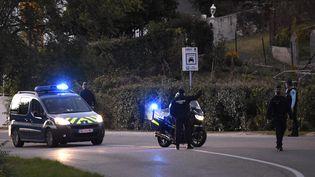 Un convoi de véhicules de la policetransportant Nordahl Lelandais arrive à Pont-de-Beauvoisin (Isère), le 24 septembre 2018. (JEAN-PHILIPPE KSIAZEK / AFP)