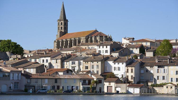 La ville de Castelnaudary (Aude) vue depuis le canal du Midi. (AZAM JEAN-PAUL / HEMIS.FR / AFP)