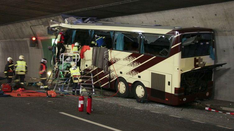 Les secours interviennent dans le bus après l'accident qui a fait 28 morts le 14 mars 2012 à Sierre, en Suisse. (POLICE CANTONALE VALAIS / AFP)