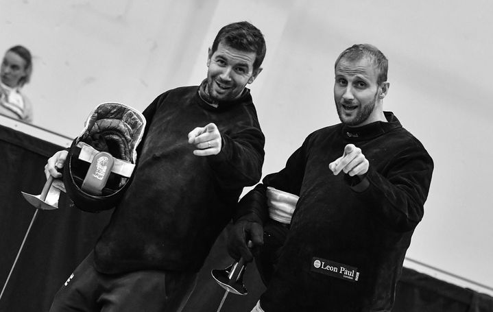 Au matin des compétitions, les entraîneurs Julien Médard et Cyril Verbrackel enfilent la tenue avec le sourire. (BIZZI TEAM)
