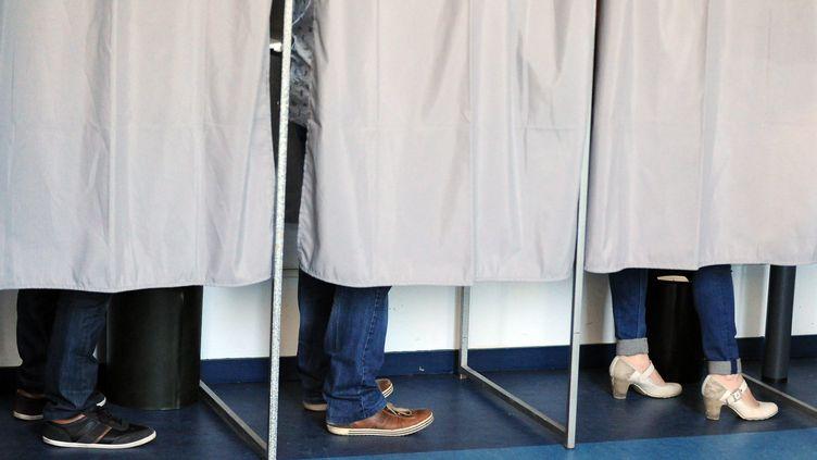 Un bureau de vote à Bourg (Ain), le 23 avril 2017. (MAXPPP)