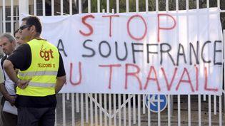 Des salariés de France Telecom manifestent le 10 septembre 2009 à Marseille (Bouches-du-Rhône) contre la souffrance au travail, après le suicide d'un de leurs collègues. (ANNE-CHRISTINE POUJOULAT / AFP)