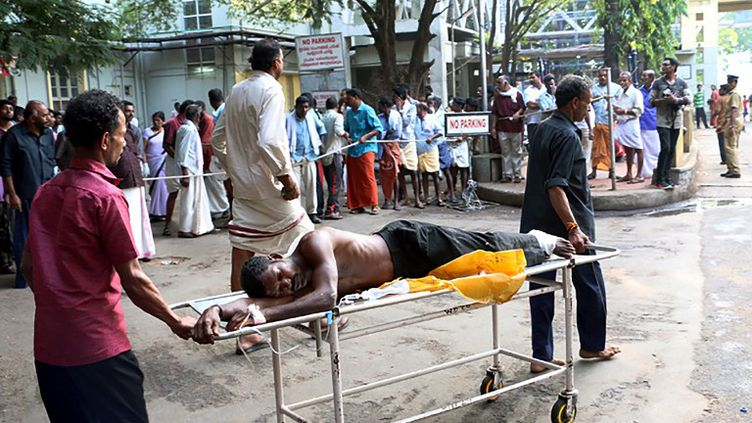 Une des victimes de l'incendie du temple Puttingal Devi, le 10 avril 2016, à Kerala, en Inde. (STR / AFP)