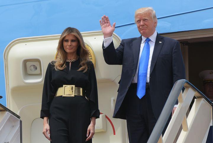 La Première dame, Melania Trump, et le président des Etats-Unis, Donald Trump, arrivent en Arabie saoudite, le 20 mai 2017. (MANDEL NGAN / AFP)