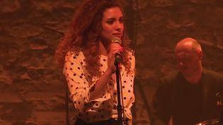 France 2 s'est intéressée au groupe Kimberose, mais dès les premières notes, c'est la voix de la chanteuse qui ensorcèle. Kimberose remet la soul au goût du jour, dans la lignée de grandes divas. (France 3)