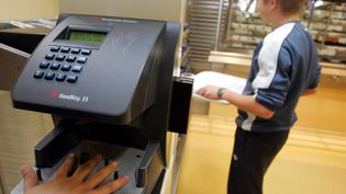 Un système de contrôle biométrique dans la cantine scolaire du collègede Benfeld (Bas-Rhin), le 17 octobre 2016. (MAXPPP)