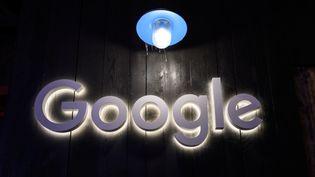 Le logo de Google sur le stand de l'entreprise lors de la réunion annuelle du Forum économique mondial à Davos, le 21 janvier 2020 (photo d'illustration). (FABRICE COFFRINI / AFP)