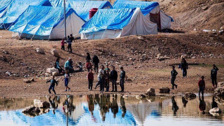 Le camp de déplacés d'Aïn Issa, dans le nord de la Syrie, le23 février 2018. C'est dans ce camp que se trouvaient, avant l'offensive turque en Syrie,les quatre Françaises aujourd'hui détenues par la Turquie et leurs sept enfants. (SEBASTIAN BACKHAUS / NURPHOTO / AFP)
