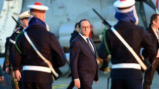 François Hollande passe les troupes en revue à Toulon sur le porte avion Charles de Gaulle le 14 janvier 2014. (ANNE-CHRISTINE POUJOULAT / AFP POOL)