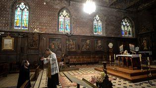Un prêteaccueille un paroissien dans l'église Saint-Jacques d'Illiers-Combray(Eure-et-Loir), le 15 novembre 2020. (JEAN-FRANCOIS MONIER / AFP)