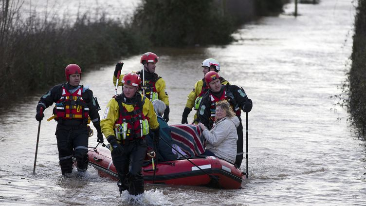 Les pompiers duDevon et du Somerset (Royaume-Uni) aident deux femmes et leurs chats dans les inondations de Burrowbridge, le 9 février 2014. (JUSTIN TALLIS / AFP)