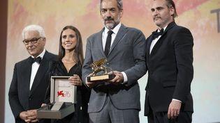 """Le réalisateur Todd Phillips, avec le Lion d'or, récompensé à la Mostra de Venise (Italie) pour son film """"Joker"""", avecJoaquin Phoenix, le 7 septembre 2019. (STRINGER / ANADOLU AGENCY / AFP)"""