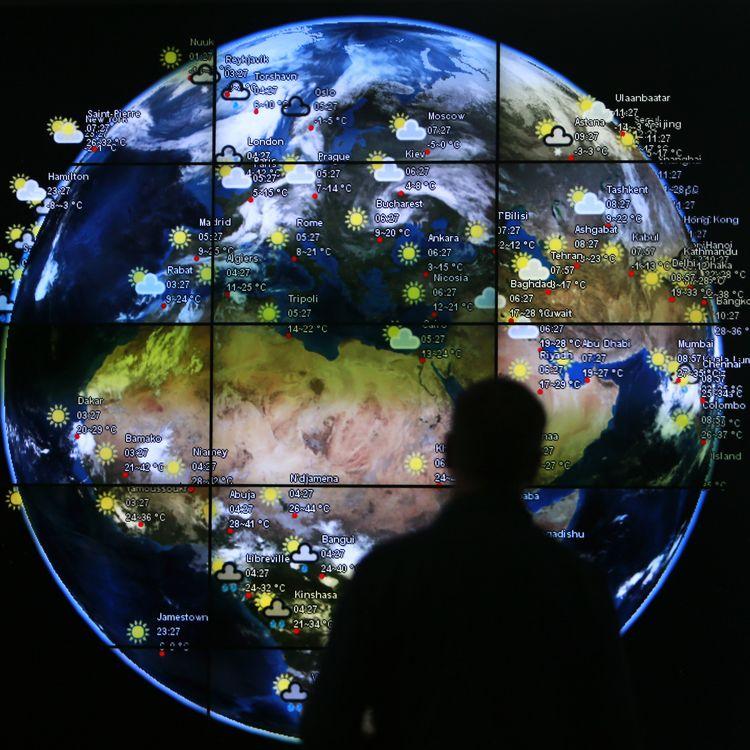Un visiteur observe une carte météo à l'aéroport de Kuala Lumpur, en Malaisie, le 18 mars 2014. (SAMUEL SAID / REUTERS)