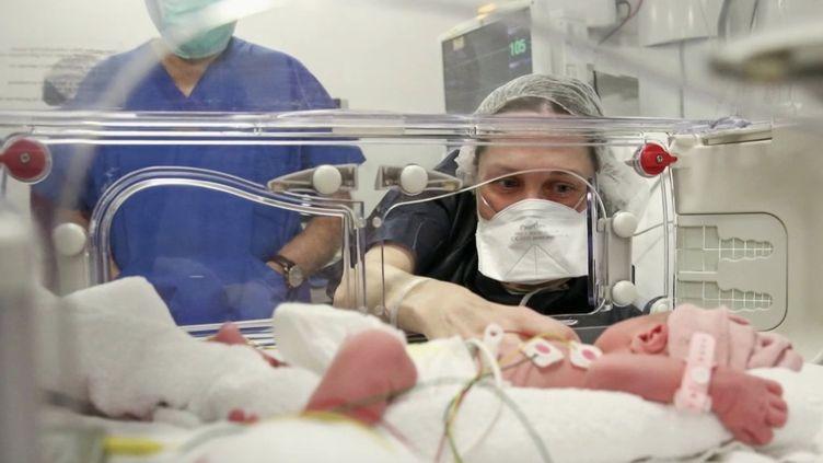 Bébé miracle : une femme met au monde un enfant après une greffe d'utérus. (FRANCE 2)