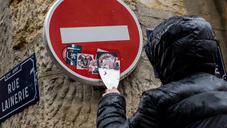 Un groupe d'une vingtaine de personnesdébarrasse les rues de Lyon des autocollants des groupuscules d'extrême droite, le 20 janvier 2018. (NICOLAS LIPONNE / NURPHOTO)