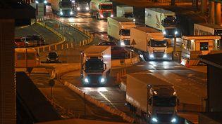 Des camions débarquent d'un ferry en provenance de la France, à Douvres, au Royaume-Unis, juste après 23 heures vendredi 31 décembre 2020. (JUSTIN TALLIS / AFP)