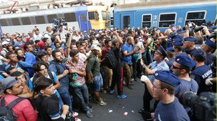 Des migrants et des policiers se font face à la gare de Budapest (Hongrie), mardi 1er septembre 2015, alors que les premiers tentaient de monter à bord d'un train pour l'Autriche. (LASZLO BALOGH / REUTERS)