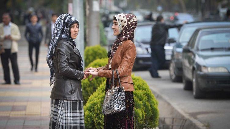 Des jeunes femmes dans les rues de Douchanbé (Tadjikistan), le 11 juillet 2013. (ALEXEY KUDENKO / RIA NOVOSTI / AFP)