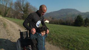 L'association emmène des enfants handicapés pour des activités sportives dans les Alpes. (FRANCEINFO)