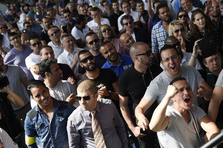 Les chauffeurs de taxi réagissent à l'annonce d'un rendez-vous avec Bernard Cazeneuve, le ministre de l'Intérieur, le 25 juin 2015, à Paris. (LOIC VENANCE / AFP)