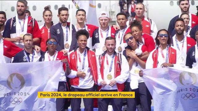 À peine arrivés sur le sol français, nos héros du dernier week-end olympique sont tous réunis pour entonner la Marseillaise.