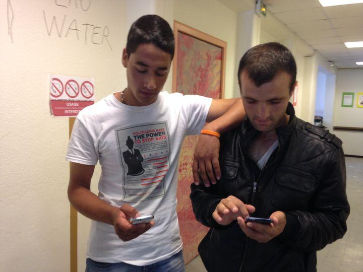 Arif et Afchin dans les couloirs du lycée Jean-Quarré, à Paris, mercredi 5 août 2015. (FLORIAN DELAFOI / FRANCETV INFO)