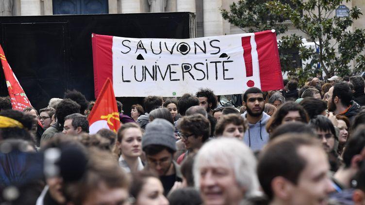 Des manifestants défilent contre la réforme de l'accès à l'université, le 10 avril 2018 à Paris. (MAXPPP)