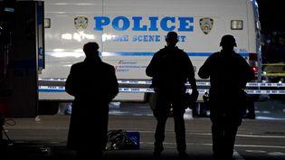 Une voiture de police se tient à l'endroit où deux policiers ont été abattus à New York (Etats-Unis), le 20 décembre 2014. (CARLO ALLEGRI / REUTERS)