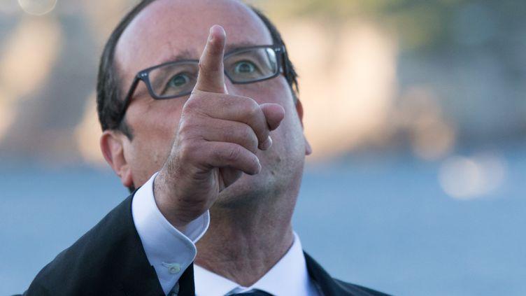 """François Hollande assiste à une démonstration de l'armée de l'air, à bord du porte-avion """"Charles-de-Gaulle"""", dans le port de Toulon (Var), le 15 août 2014. (PHILIPPE WOJAZER / REUTERS)"""