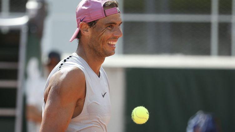 Rafael Nadal tout sourire à l'entraînement avant Roland-Garros 2021, le 29 mai. (JEAN CATUFFE / JEAN CATUFFE)
