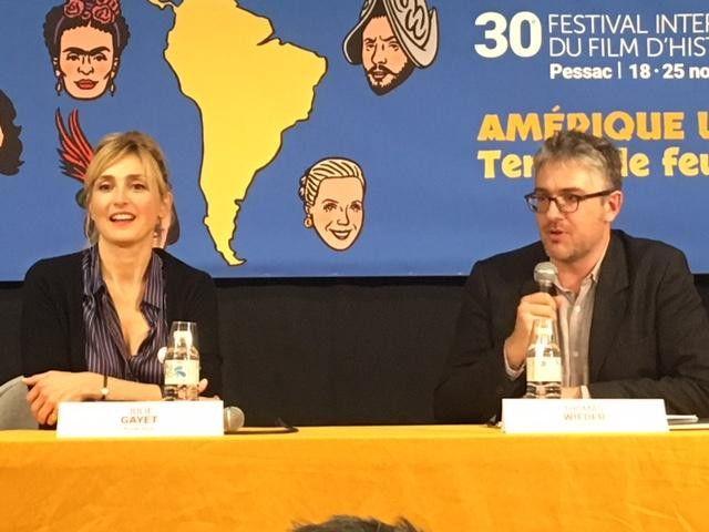 L'actric, productrice et réalisatrice française Julie Gyet et le journaliste Thomas Wieder au 30e festival international du film d'histoire de Pessac le 22 novembre 2019. (Jacky Bornet / FranceInfo Culture)