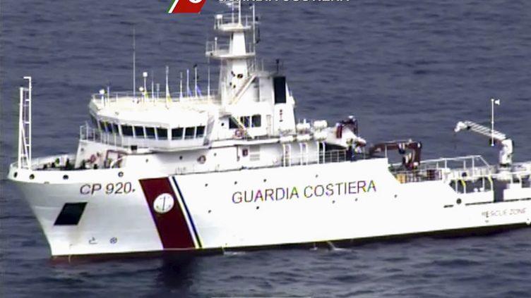 Sur ces images de la marine italienne, on voit un bateau des gardes-côtes partir à la recherche de rescapés du naufrage d'un bateau avec 700 migrants à bord, le 19 avril 2015. (GUARDIA COSTIERA / REUTERS)