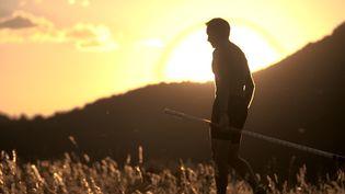 """Dans un documentaire inédit réalisé par Cédric Klapisch """"Renaud Lavillenie, jusqu'au bout du haut"""", le perchiste s'entraîne au milieu des champs au pied du Puy de Dôme.  (10.7 PRODUCTIONS)"""