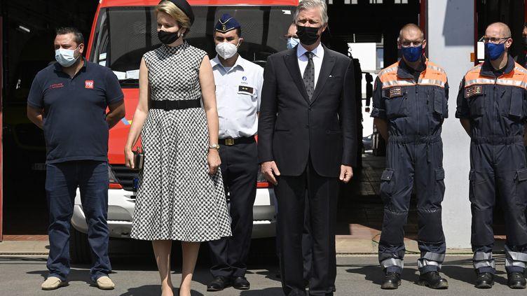La reine Mathilde et le roi Philippe de Belgique lors de la minute de silence en hommage aux vicitmes des inondations, à Verviers (Belgique), le 20 juillet 2021. (PHILIP REYNAERS / BELGA MAG / AFP)