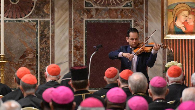 Une victime d'agressions sexuelles par un homme d'Eglise joue du violon au sommet historique sur la pédophilie, au Vatican, le 23 février 2019. (VINCENZO PINTO / POOL)