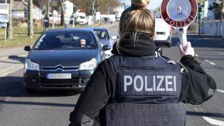 Un contrôle de la police allemande à la frontière franco-allemande à Sarrebruck, ville voisine de la Moselle, le 28 février 2021. (JEAN-CHRISTOPHE VERHAEGEN / AFP)