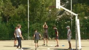Depuis le 22 juin, les salles de sport ont pu rouvrir. Les sports collectifs sont autorisés à nouveau. Seuls les sports de contact et de combat sont toujours interdits. À Montpellier (Hérault), un club de judo a pu trouver une parade. (FRANCE 3)