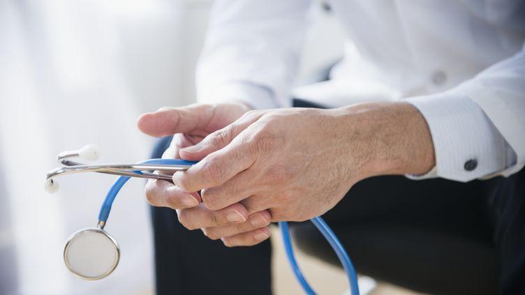 Un médecin tient un stéthoscope, le 10 février 2012. (BLEND IMAGES - JGI / JAMIE GRILL / BRAND X / GETTY IMAGES)