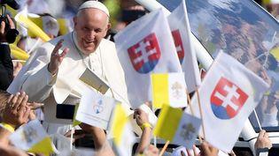 Le Pape François dans les rues de Presov en Slovaquie, mardi 14 septembre. (TIZIANA FABI / AFP)