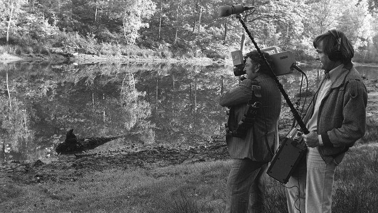 Des journalistes filment l'étang de la forêt de Rambouillet (Yvelines) où a été découvert le corps de Robert Boulin, le 30 octobre 1979. (MICHEL CLEMENT / AFP)