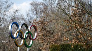 Les anneaux olympiques, à proximité du siège du Comité international olympique, à Lausanne. (FABRICE COFFRINI / AFP)