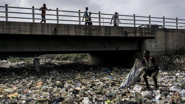 Sur la rivière Kulamu qui traverse le centre de Kinshasa en RDC le 31 mai 2018... (JOHN WESSELS / AFP)