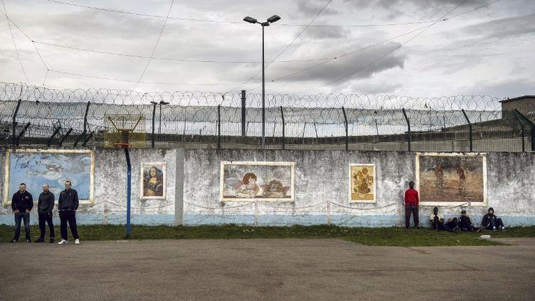 Des détenus dans la cour de la prison de Villepinte(Seine-Saint-Denis). (CHRISTOPHE PETIT TESSON / AFP)