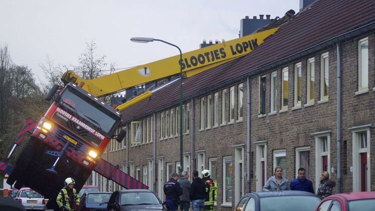 Une grue louée par un Néerlandais pour faire sa demande en mariage est tombée sur le toit d'une maison, le 13 décembre 2014 àIJsselstein (Pays-Bas). (AS MEDIA / AP / SIPA)