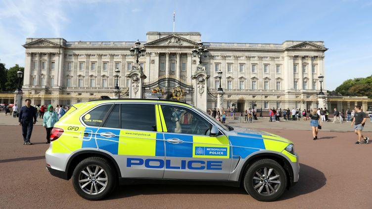 Un véhicule de police stationné devant Buckingham Palace, à Londres, samedi 26 août 2017. (PAUL HACKETT / REUTERS)