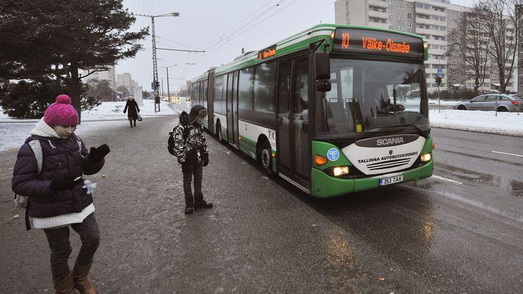 Un bus à Tallinn (Estonie), le 9 janvier 2013. (RAIGO PAJULA / AFP)