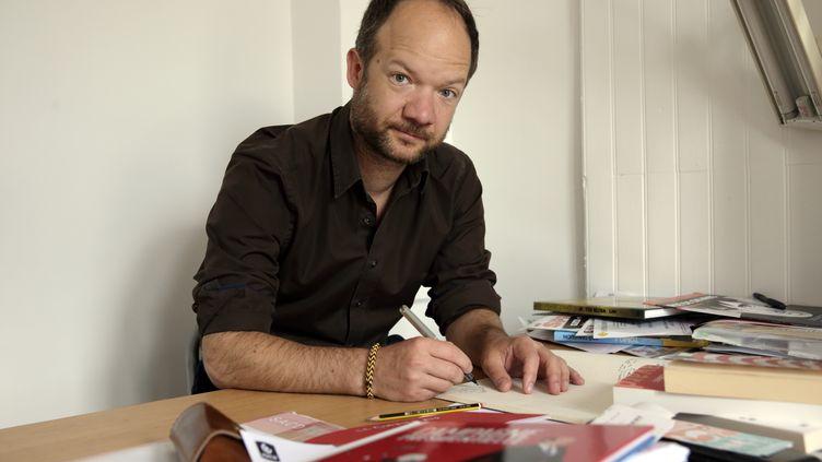 Mathieu Sapin dans son atelier à Paris (PHILIPPE WOJAZER / REUTERS)